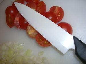 Atelier_des_chefs_couteau_c_ramique_sur_tomates