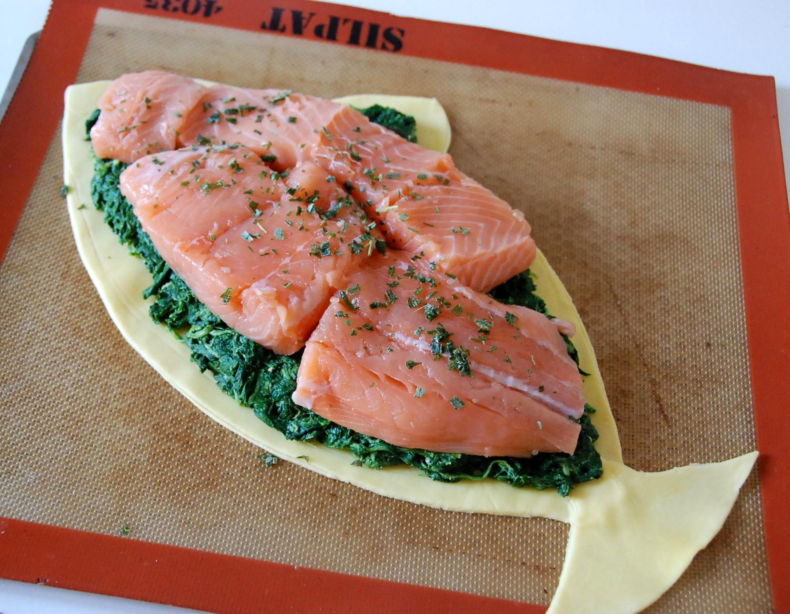 saumon en cro 251 te sur lit d 233 pinards en forme de poisson cuisine plurielle