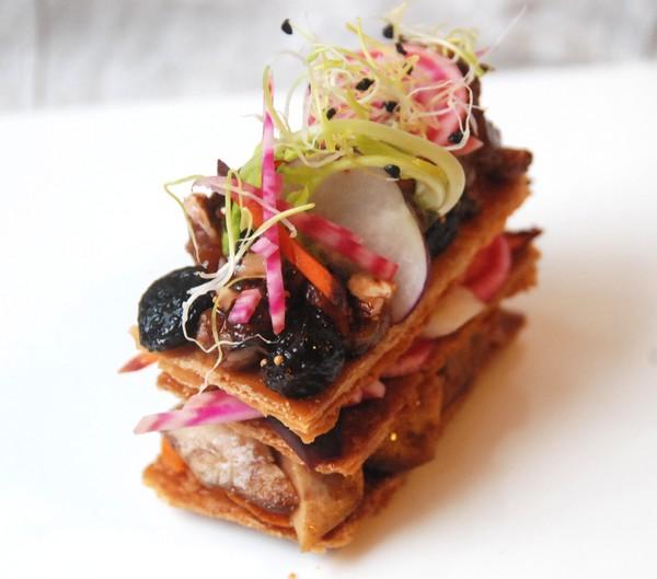 Mille feuilles de foie gras fruits secs pices et - Decoration assiette de foie gras photo ...