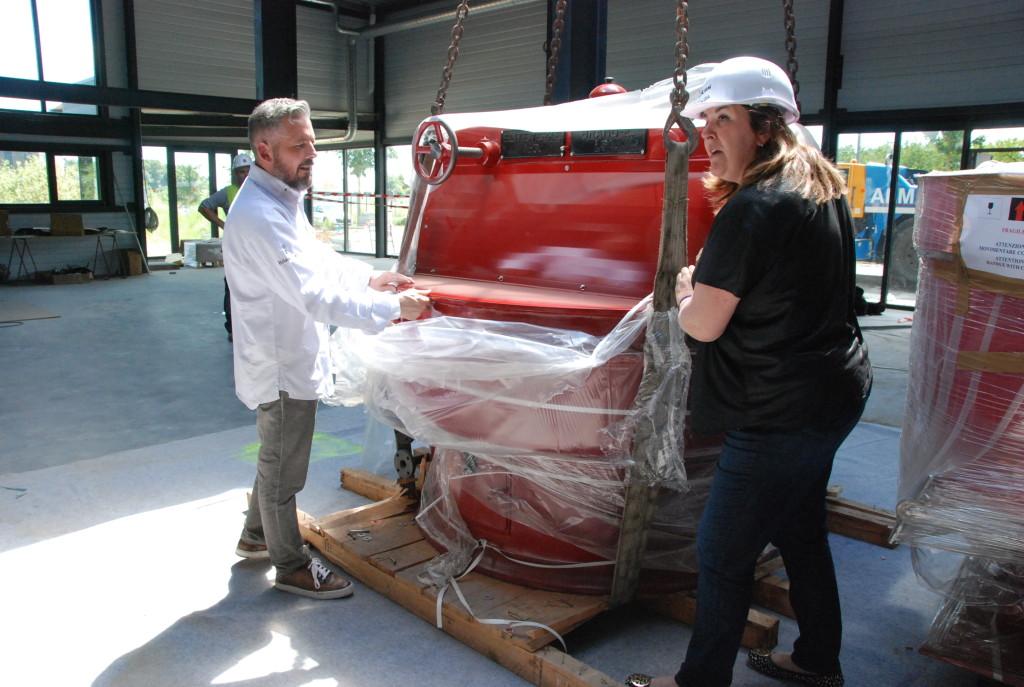 Richard et Gaëlle Sève déballant une des machines